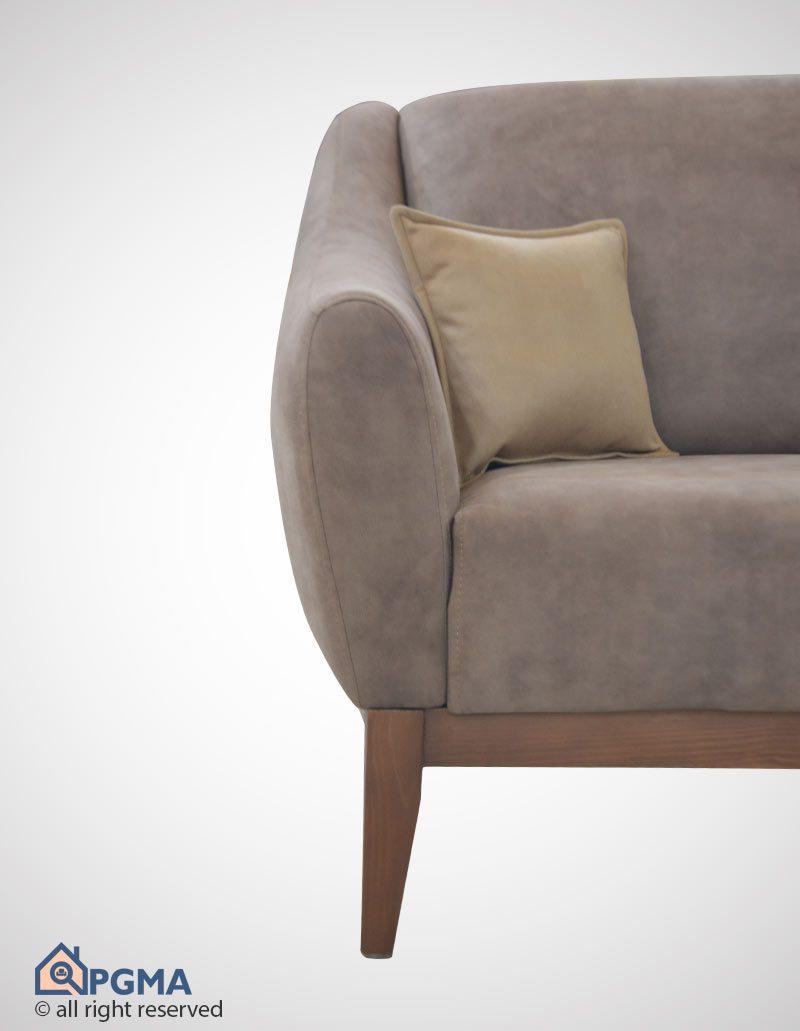 مبل راحتی سون در قسمت تکیه گاه خود کوسن های بزرگ و پشتی مانندی دارد که دارای رنگ متفاوت از رنگ غالب مبل بوده و با رنگ کوسن ها هماهنگ است و راحتی را در هنگام تکیه دادن تامین می کند.